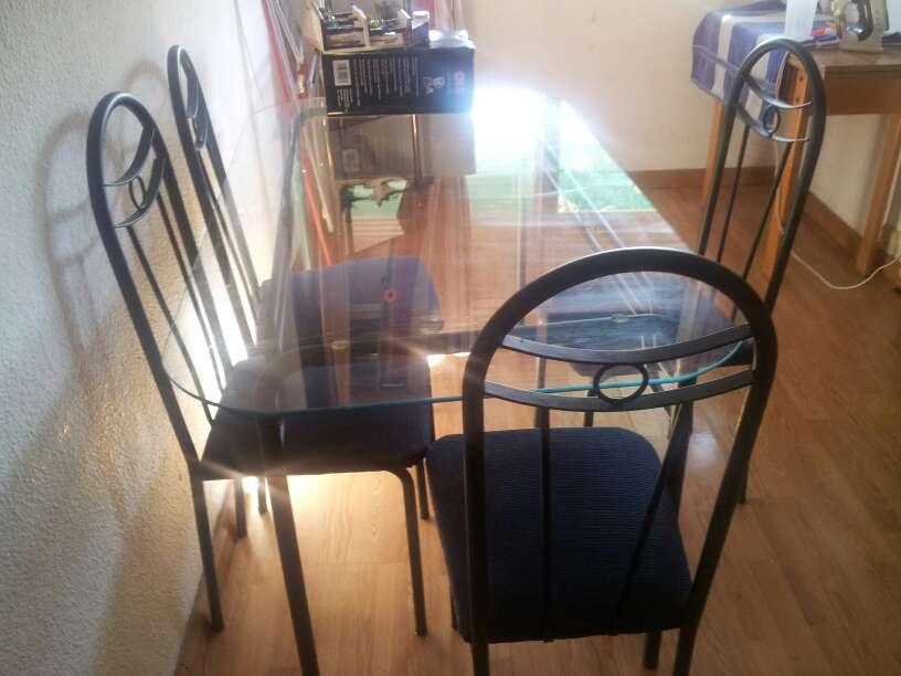 Imagen mesa grande de metal y sus 4sillas de salon