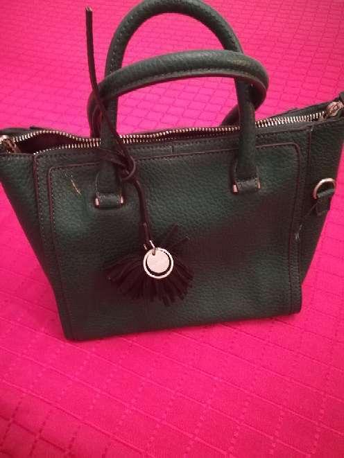 Imagen bolso color verde oscuro. parfois