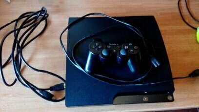 Imagen ps3 con un mando y juegos