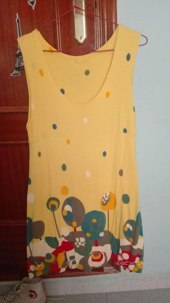 Imagen vestido amarillo estilo desigual