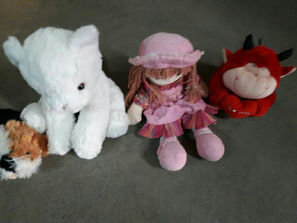 Imagen peluches y muñeca