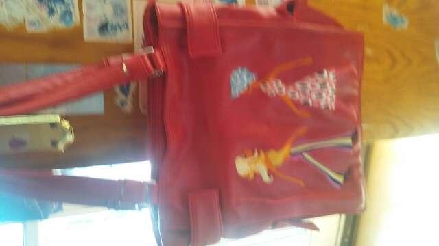 Imagen bolso color rojo con estampado dos mujercitas