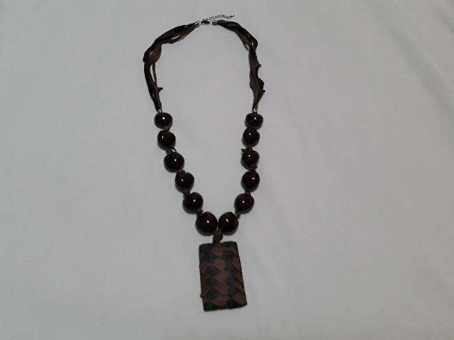 Imagen collar cuero y semilla natural