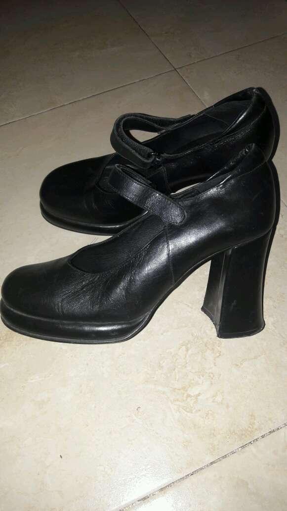 Imagen zapatos negros de tacón