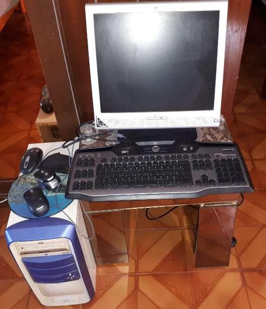 Imagen pc pantalla mas teclado iluminado azul