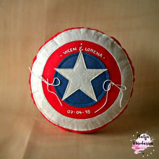 Imagen Porta alianzas almohada del capitán América.