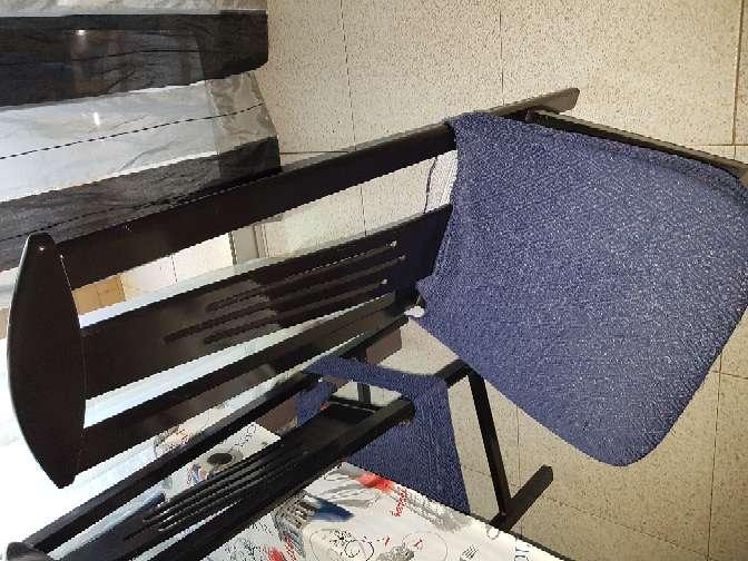 Imagen producto 6 Sillas negras con asiento color vino (fundas azules) 2