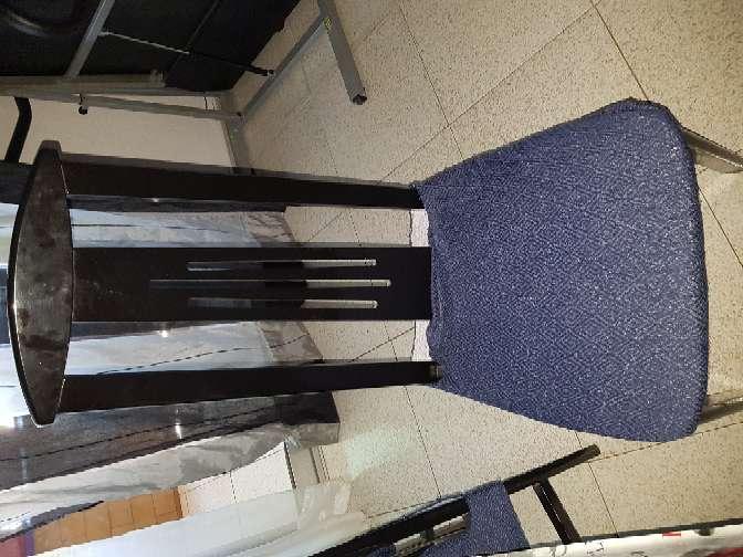 Imagen 6 Sillas negras con asiento color vino (fundas azules)