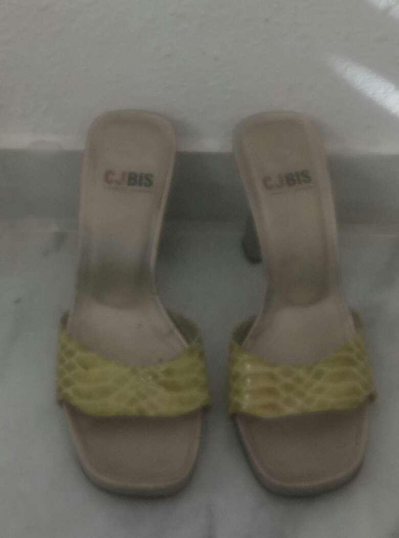 Imagen zapatos nuevos y seminuevos puestos dos veces