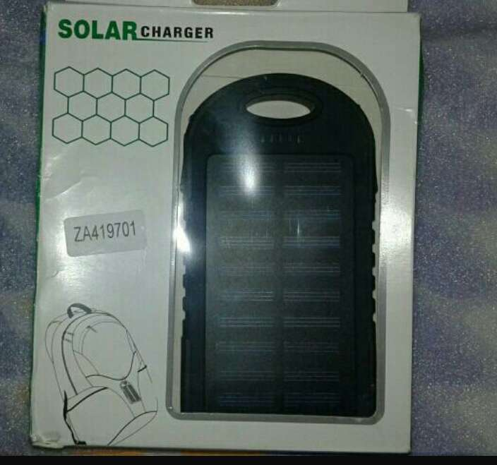 Imagen batería externa con placa solar