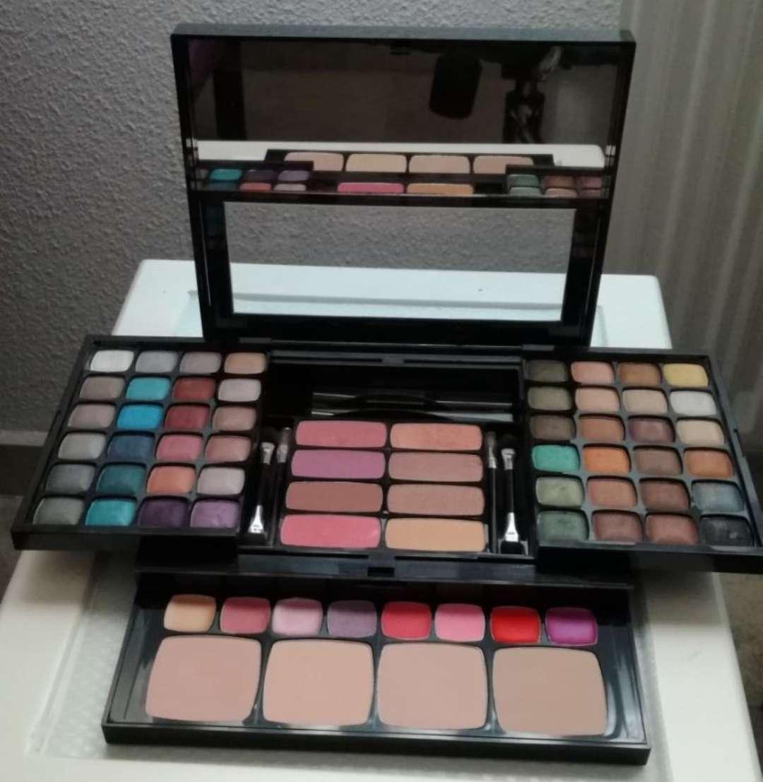 Imagen producto Cajita con Sombras, pintalabios,colorete,corrector 4