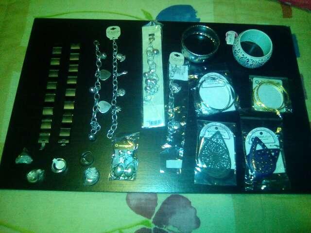 Imagen producto Bisutería anillos pulseras collares etc 2
