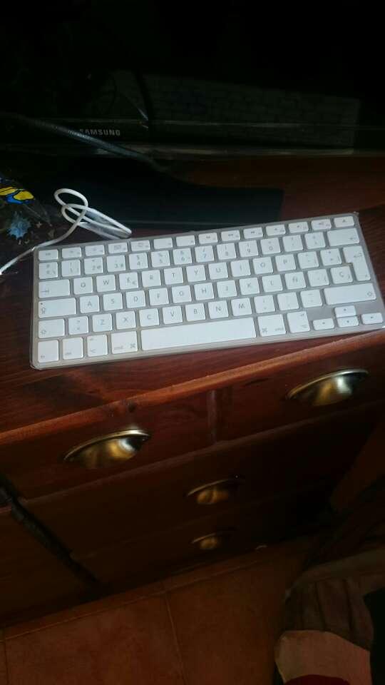 Imagen producto Vendo Imac de 24 pulgadas en buenas condiciones teclado y ratón Apple precio negociable  2