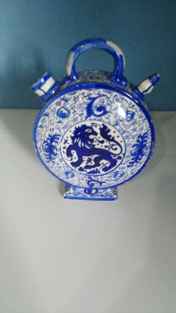 Imagen botijo con pintura colores a azul