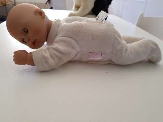 Imagen muñeca que gatea