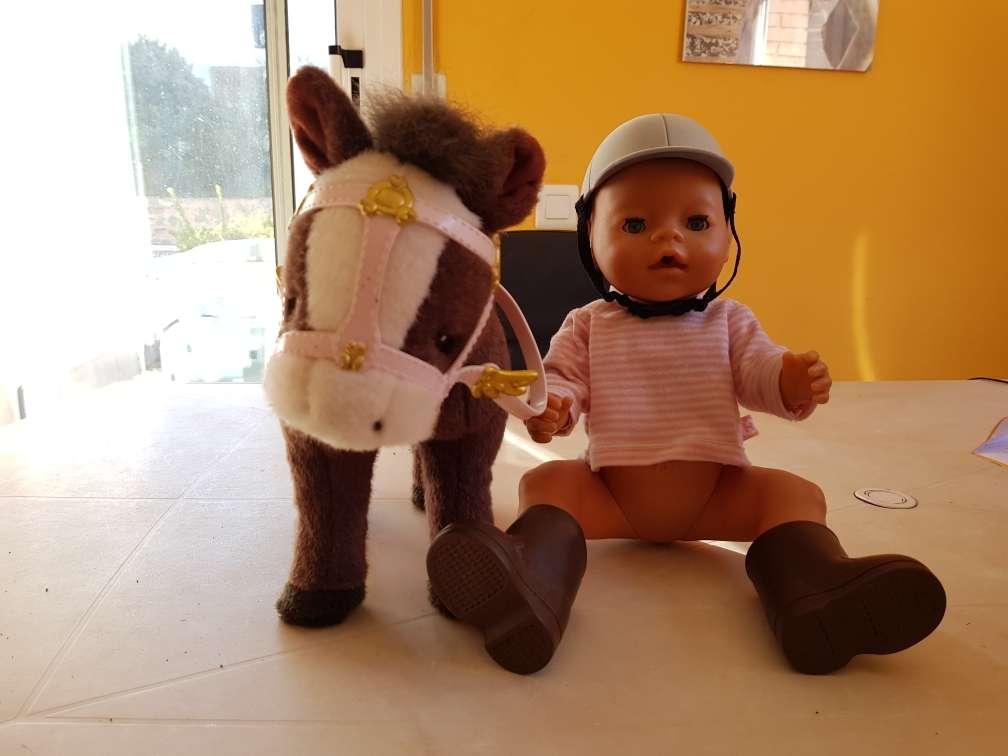 Imagen babe born con caballo que lo pasea
