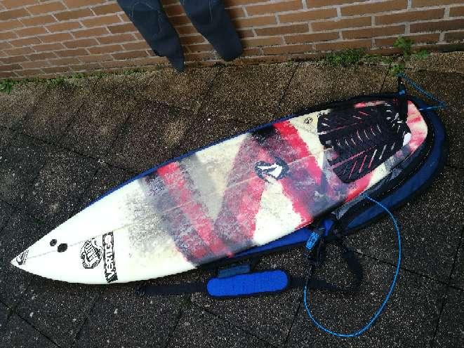 Imagen tabla de surf y equipo