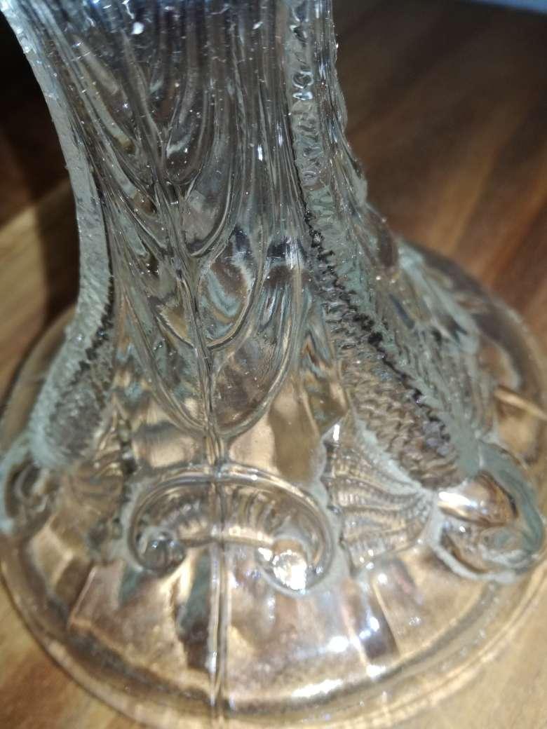 Imagen producto Lampara antigua llamado quinquel de petróleo con un mando rosca para subir o bajar la mecha cristal con dibujos grabados en relieve 4