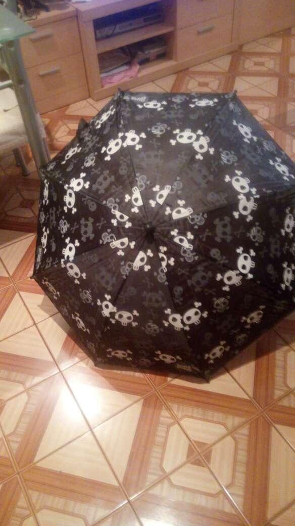 Imagen vendo paraguas