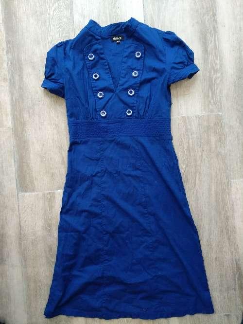 Imagen vestido azul de blanco