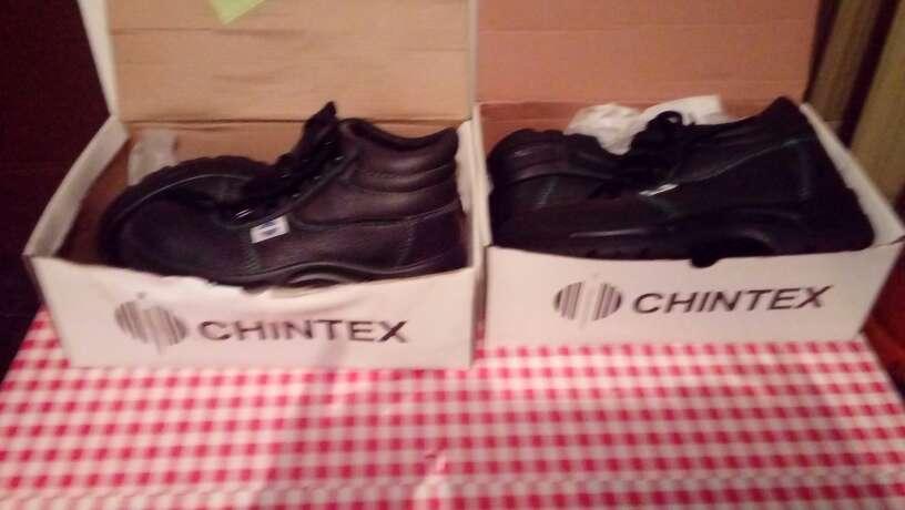 Imagen dos botas de trabajo de seguridad nueva sin estrenar