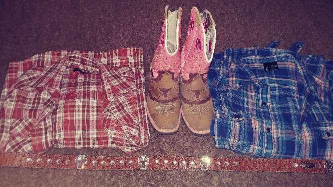 Imagen botas cinturon y camisas vaqueras