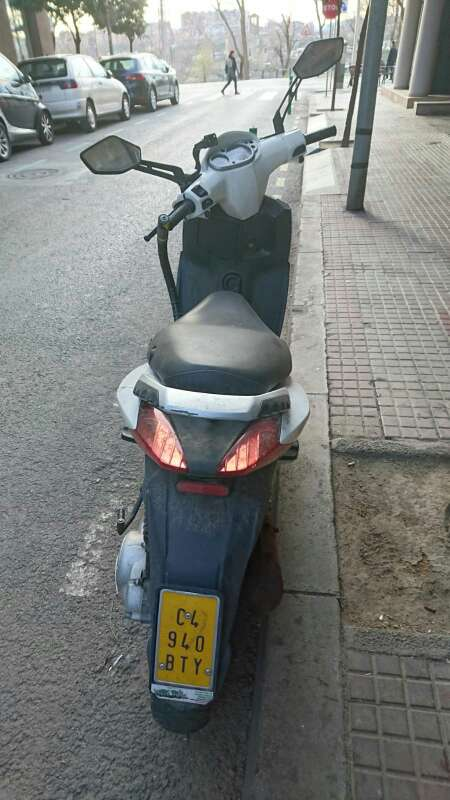 Imagen producto Moto aprila 50 cc en buen estado por motivo de viaje la vendo 3