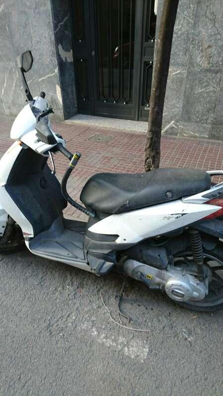 Imagen producto Moto aprila 50 cc en buen estado por motivo de viaje la vendo 2