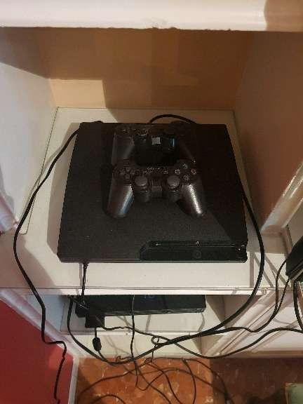 Imagen Ps3 nueva con 2 mandos y 4 juegos...
