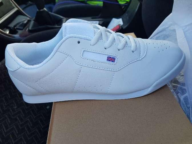 Imagen zapatillas deportivas nuevas en blanco