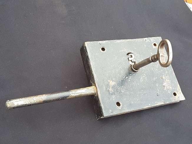 Imagen producto Antigua gran cerradura para portón  2