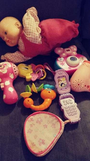 Imagen juguetes de vateria la muñeca gatea y abla no ilclulle vateria ala muñeca