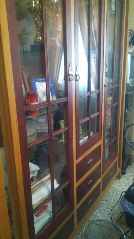 Imagen producto Vitrina de vidrio con marco de madera 2