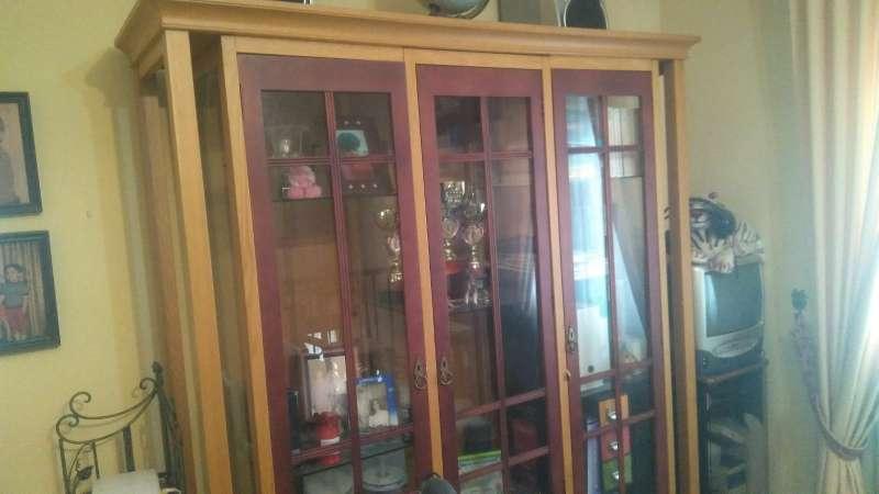 Imagen producto Vitrina de vidrio con marco de madera 3