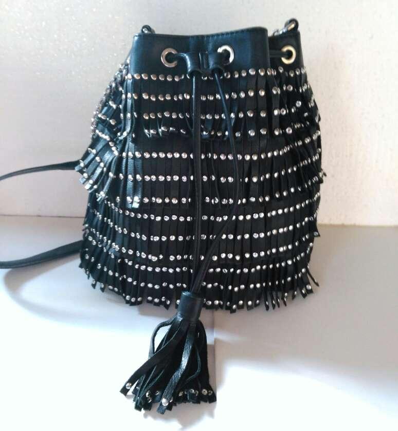 Imagen Bolso de piel negra con tachuelas de Uterque