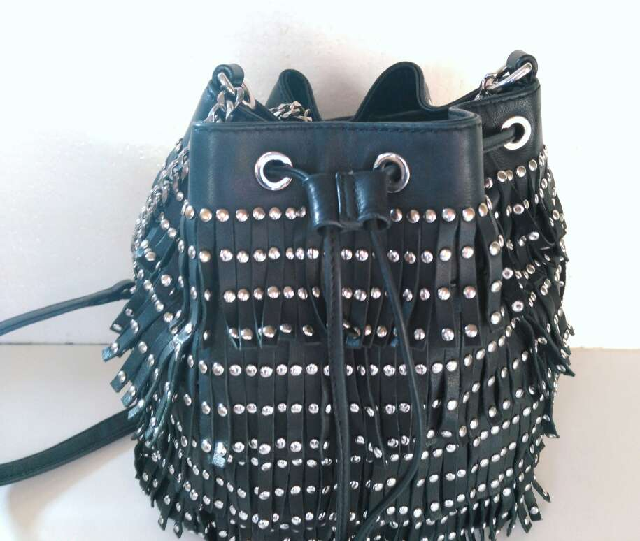 Imagen producto Bolso de piel negra con tachuelas de Uterque 6