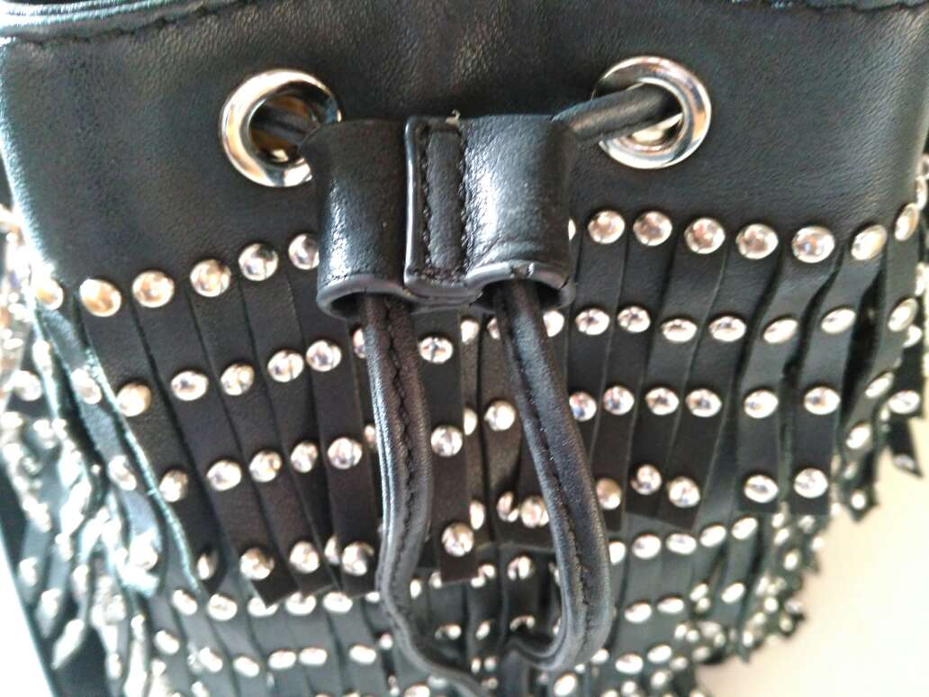 Imagen producto Bolso de piel negra con tachuelas de Uterque 4