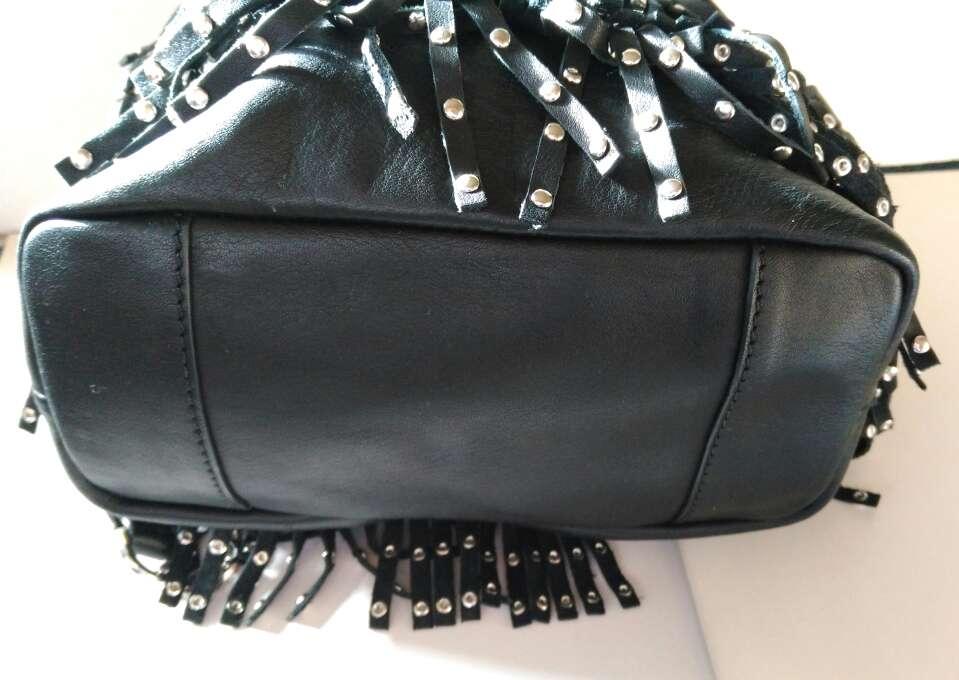 Imagen producto Bolso de piel negra con tachuelas de Uterque 3