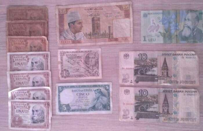 Imagen billetes de españa y uno de Marruecos y los otros de rumania