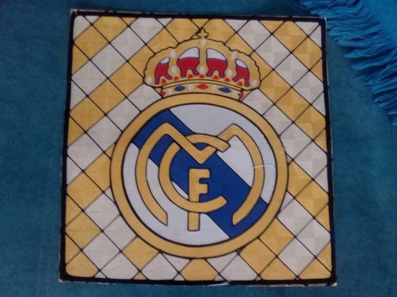 Imagen vendo cuadro escudo de Real Madrid hecho a hilo
