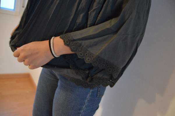 Imagen cardigan color gris marengo con puntilla de bordado
