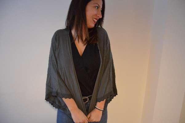 Imagen producto Cardigan color gris marengo con puntilla de bordado  2
