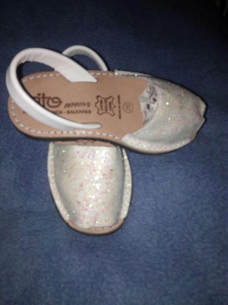 Imagen producto Zapatilla para niña con brillo y tiras blancas 2