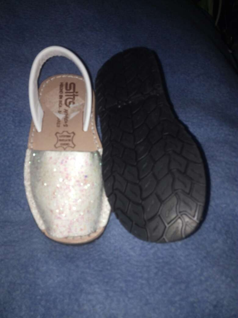 Imagen producto Zapatilla para niña con brillo y tiras blancas 3
