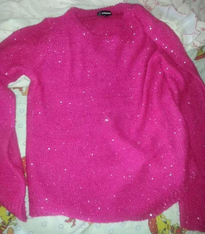 Imagen jersey rosa de lentejuelas y pantalón como gris como flores azules