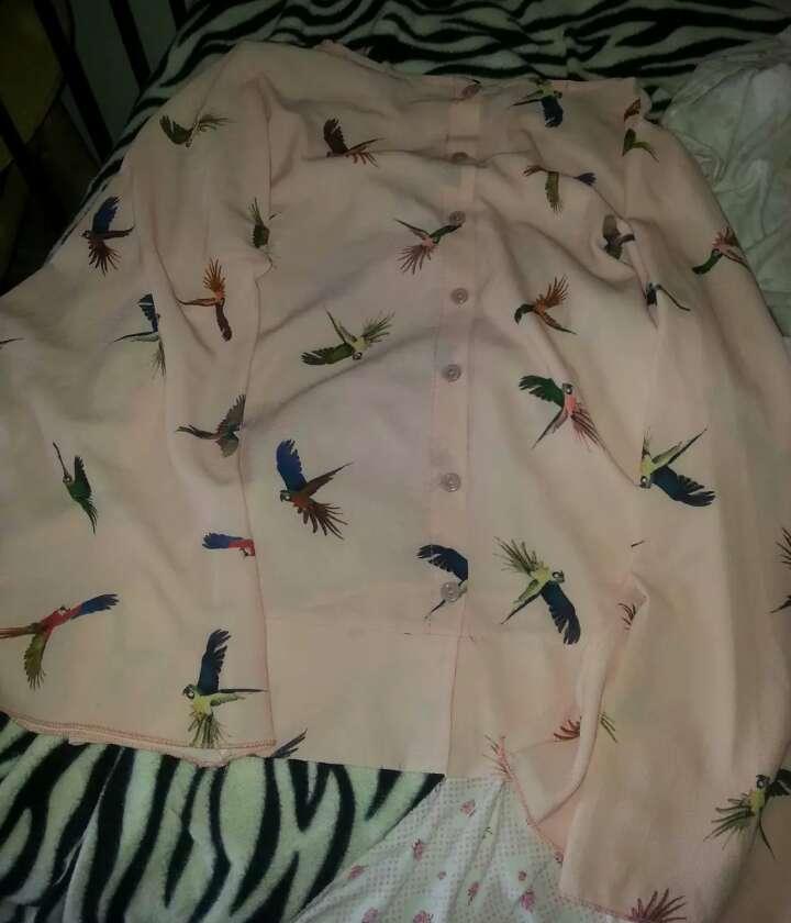Imagen producto Camiseta dorada sin manga con etiqueta brusa rosa de pájaros de colores talla S 3
