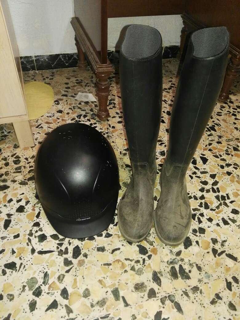 Imagen botas de montar a caballo y casco