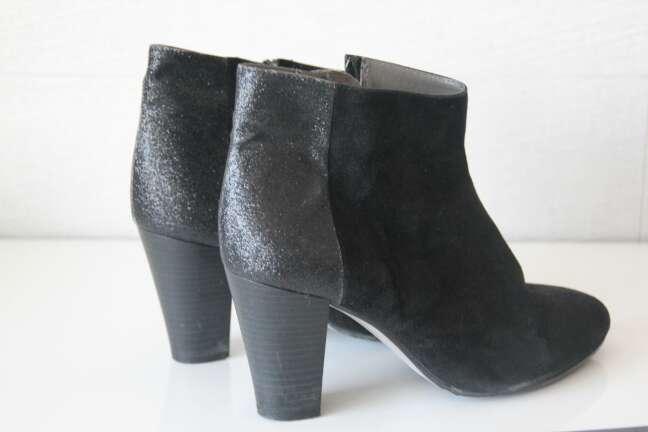 Imagen zapatos botas con tacones negros brillantes