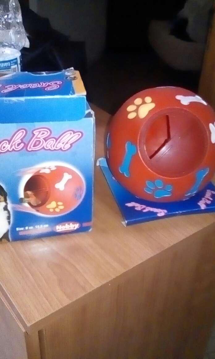 Imagen pelota educativa y entretenimiento para mascota adulta. ,puede poner chuches o comida dentro de la pelota