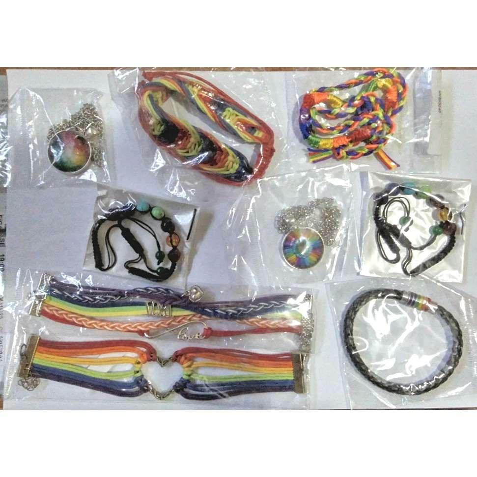 Imagen Varias pulseras y colgantes